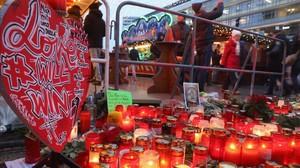 Visitantes caminan en el memorial improvisado en el reabierto mercadillo navideño de Breitscheldplatz, este jueves.