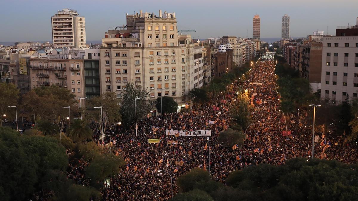 Vista general de la calle Marina con multitud de manifestantes.