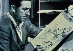 Walt Disney realiza unos bocetos de Mickey Mouse, su primer y más icónico personaje de dibujos animados.