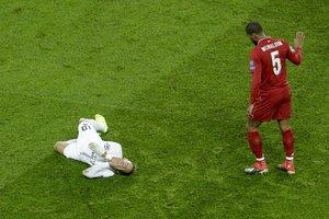 Wijnaldum (Liverpool) se disculpa tras una falta sobre Neymar.