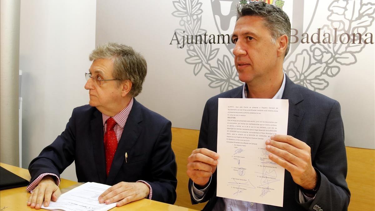 Xavier García Albiol muestra las firmas de los concejales que apoyan la moción de censura contra Dolors Sabater.