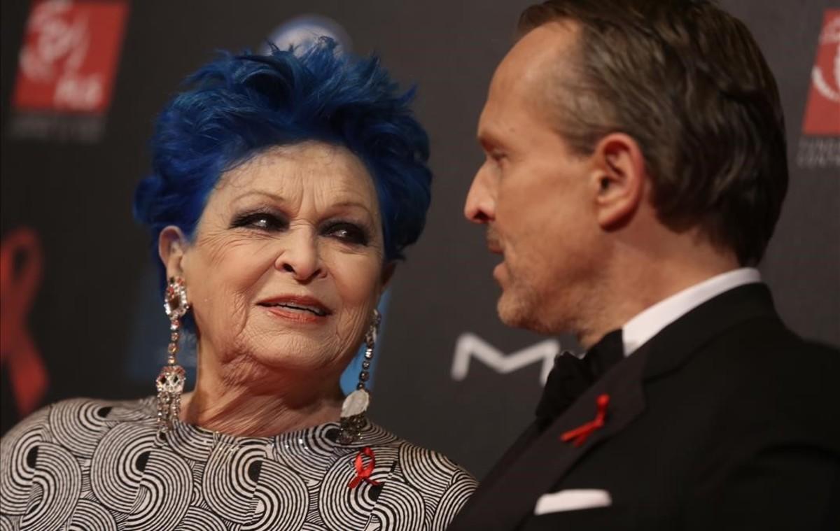 Lucía Bosé y su hijo Miguel, en una gala contra el sida.