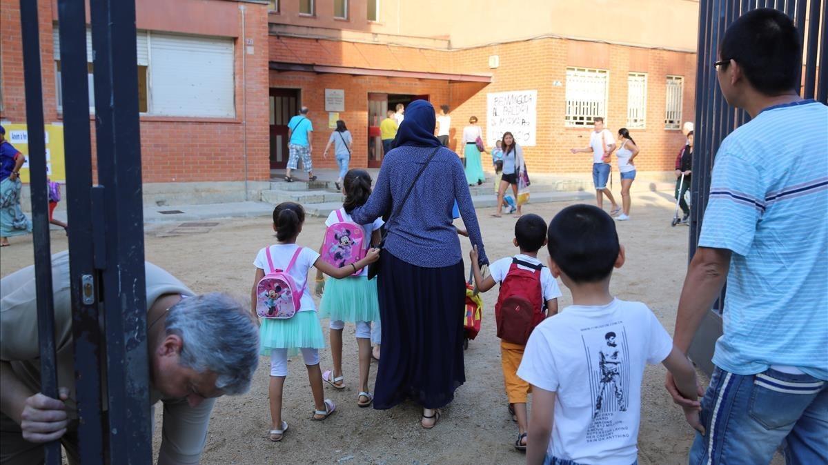 Entrada de alumnos a un colegio en el primer día de clases, en una imagen de archivo.