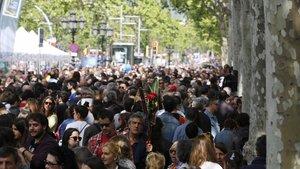 Un concurrido Passeig de Gràcia, durante un Sant Jordi.