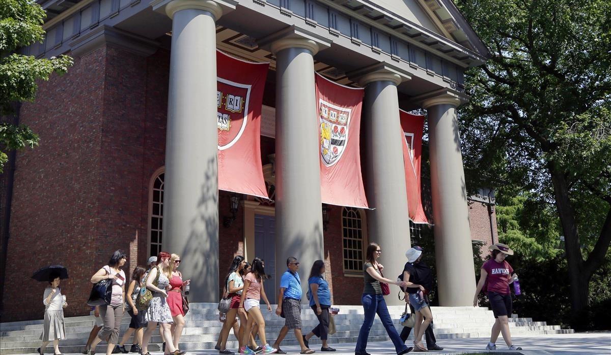 Trump fa marxa enrere i reinstaura els visats a estudiants estrangers