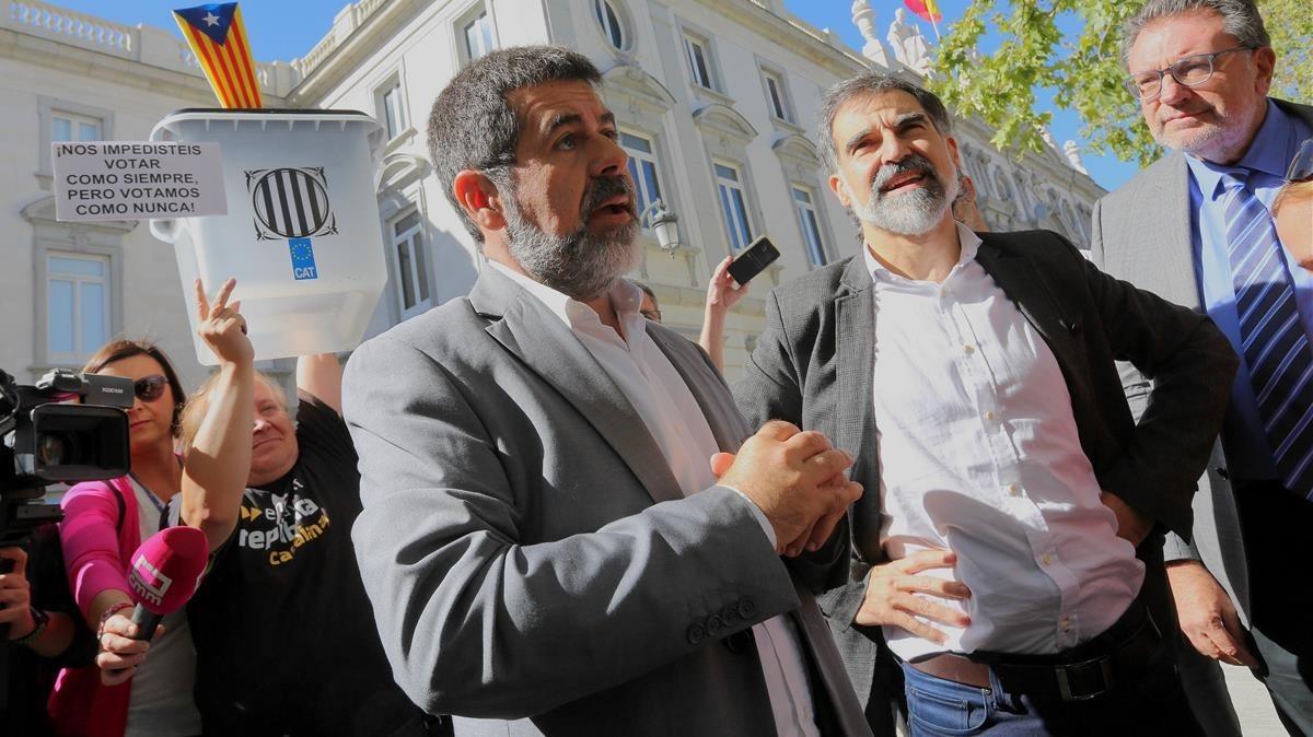 Duras críticas contra la decisión del juez de mantener a Junqueras, Forn ylos Jordis en prisión sin fianza.