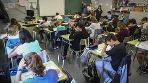 Clase de sexto B de la escuela Mestre Enric Gibert, en Sant Andreu, respondiendo a la prueba de medio natural, este martes.