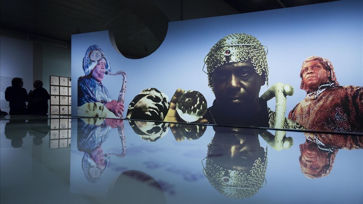 Una de las salas dela exposicion La llum negra, dedicada ala influencia de tradiciones secretas en obras contemporaneas.