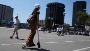 Una usuaria de patinete eléctrico, por la Diagonal, a la altura de Les Corts.