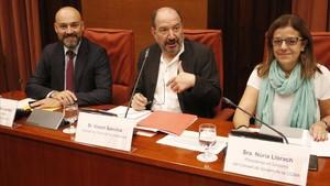 El director de Catalunya Ràdio, Saül Gordillo; el director de TVC, Vicent Sanchis, y la presidenta en funciones de la CCMA,Núria Llorach, en el Parlament.