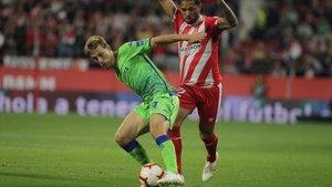 El centrocampista bético Canales trata de escaparse de su marcador.