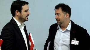 El alcalde de Rivas Vaciamadrid, Pedro del Cura (derecha), junto a coordinador del Izquierda Unida, Alberto Grazón,