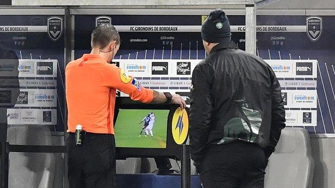 Videoarbitraje durante un partido de la liga francesa.