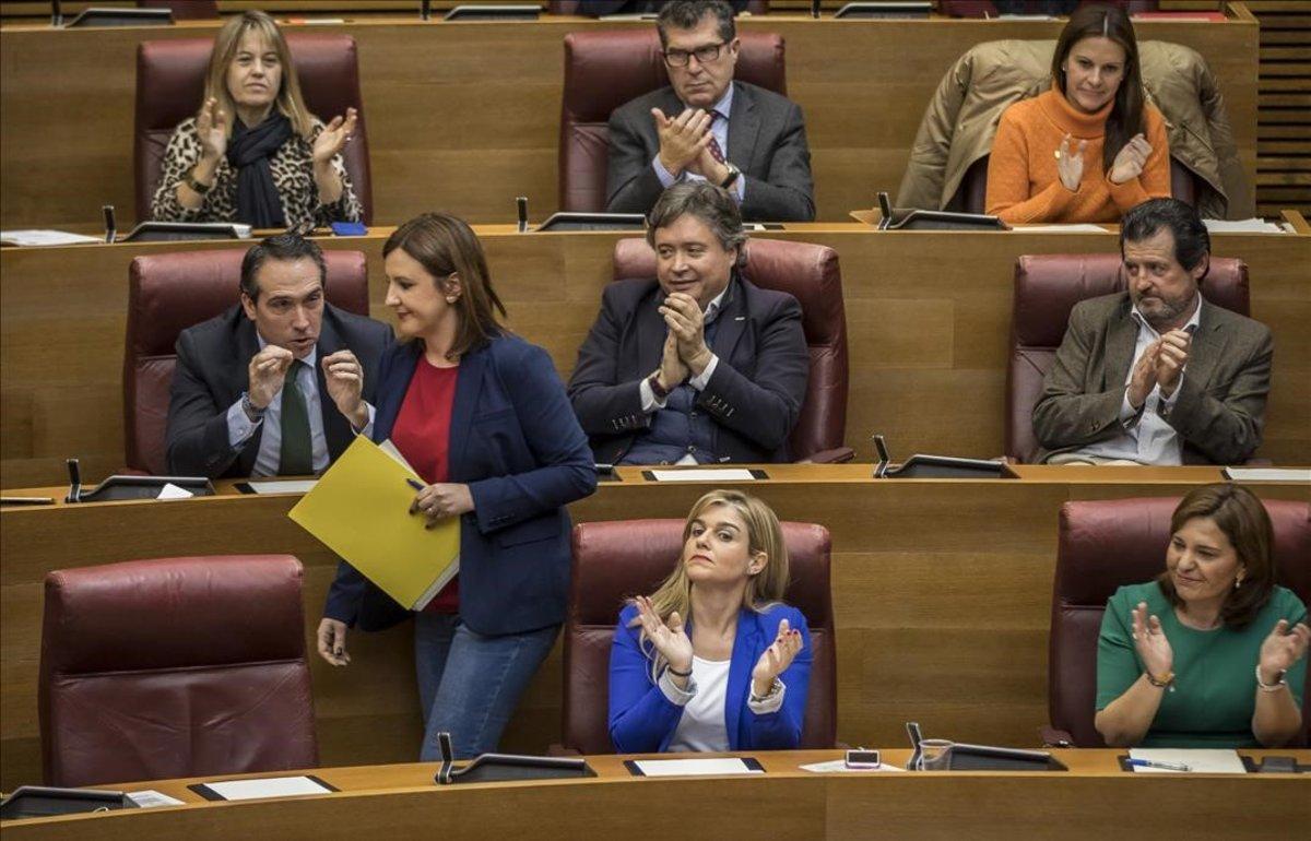 Catalá, tras una intervención en les Corts, vuelve a su escaño aplaudida por la bancada popular