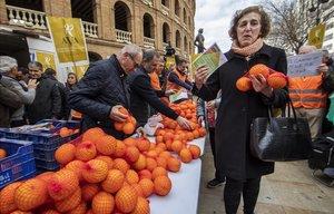 La Asociación Valenciana de Agricultores ha regalado cerca de 4.000 kilos de naranjas para protestar por la falta de medidas ante la crisis del sector