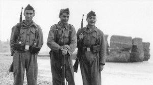 Tres soldados frente al parapeto del Camp de la Bota.