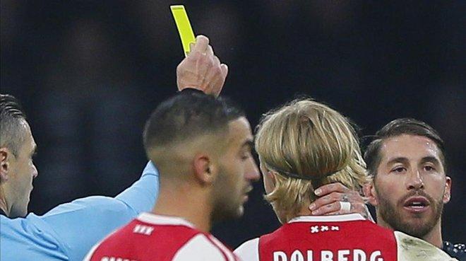 El árbitro Damir Skomina enseña la tarjeta amarilla a Sergio Ramos.