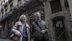 Helena, vecina del 106, y Amadeu, del 23, frente a la cinnca Ca l'Erasme, de la calle del Carme.