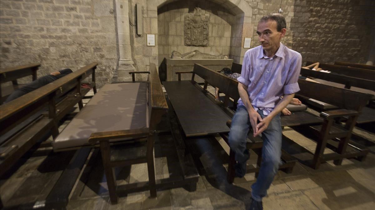 El diseñador Curro Claret ha adatado los bancos de Santa Anna para que tengan doble uso: litúrgico y para dormir.