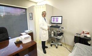 El doctor Eloy Espin, en su consulta de la Unitat de Cirurgia de Còlon i Recte delHospital Vall d'Hebron de Barcelona.