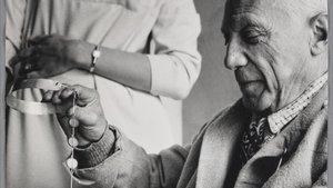 Picasso examina un collar.