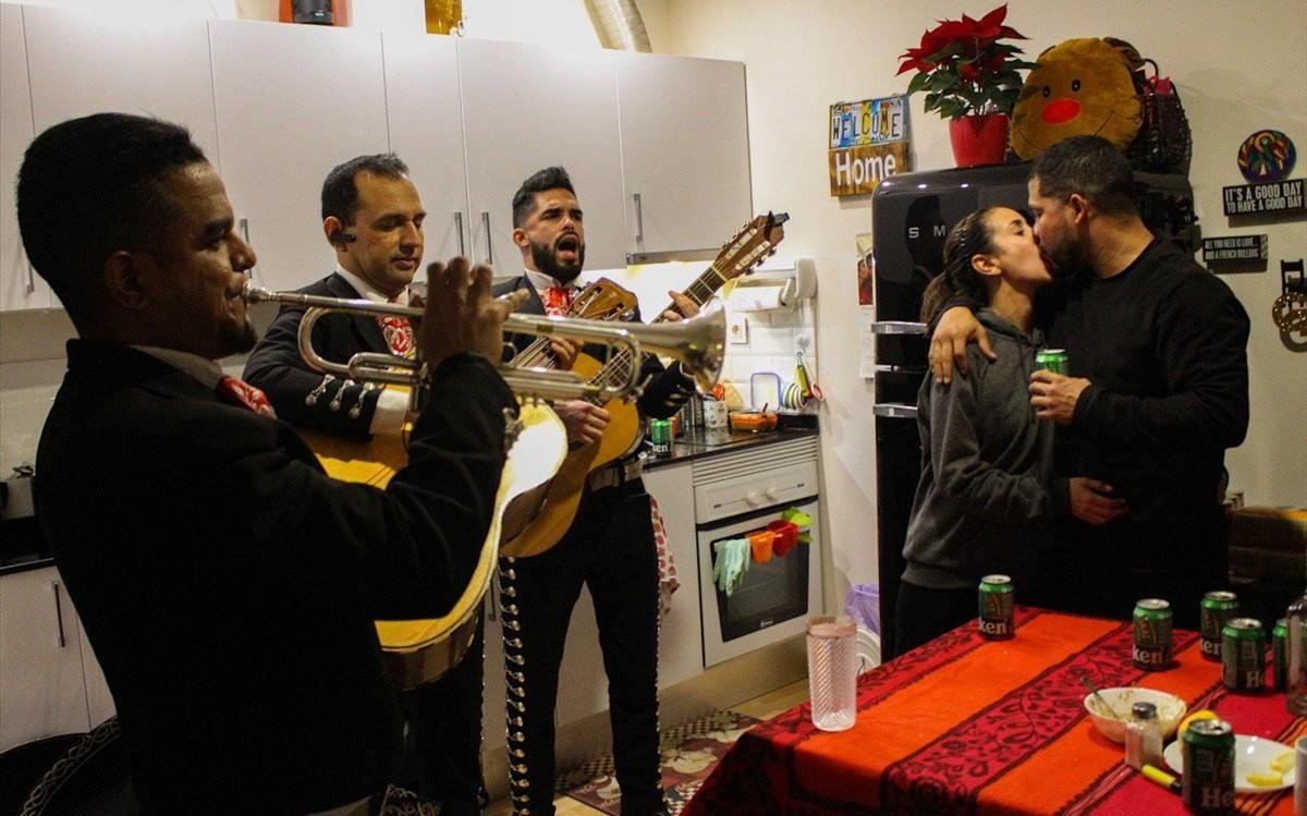 José, Marco y Emanuel, el Mariachi Barcelona, en plena serenata en un piso de la Barceloneta.