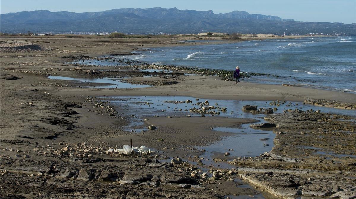 El temporal también arrastró grandes cantidades de basura, sobre todo restos de plástico, que ahora siguen depositados en las playas como La marquesa