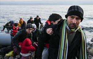 Mor un nen al bolcar una embarcació d'immigrants davant de Lesbos