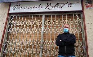 Víctor Martínez, en la puerta de su local badaloní.