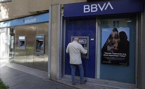 Oficinas del Sabadell y del BBVA en la rambla del Poblenou de Barcelona.