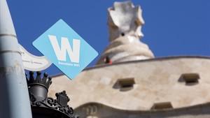 Cartel del anuncio de zona wifi gratuita en el paseo de Gràcia, frente a la Pedrera, en Barcelona.