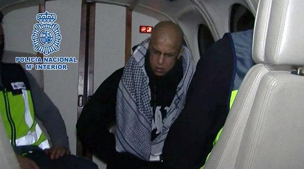 La Policia escorta Rafa Zuher fora dEspanya.