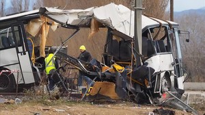 mbenach41321497 towing service workers stand next to the wreckage of school 171215105036