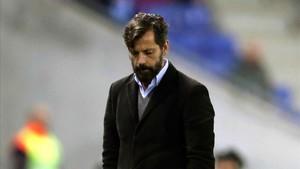 Quique Sánchez Flores, pensativo ante el Villarreal.