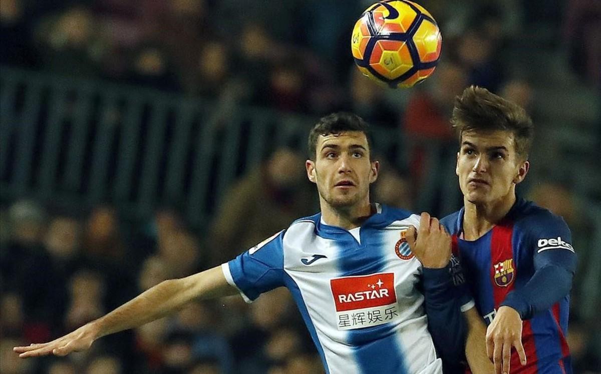Denis SUárez pelea un balón con Aaron Martín en el Espanyol-Barça de los cuartos de final de la Copa del Rey.