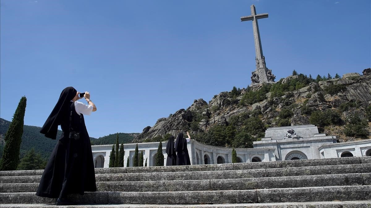 Una monja, de visita en el Valle de los Caídos.