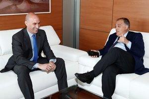 Luis Rubiales (i) y Javier Tebas en una reunión que mantuvieron hace más de un año, en junio de 2018.