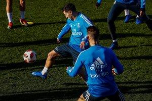 Brahim Díaz controla un balón durante su primer entrenamiento con el Madrid.
