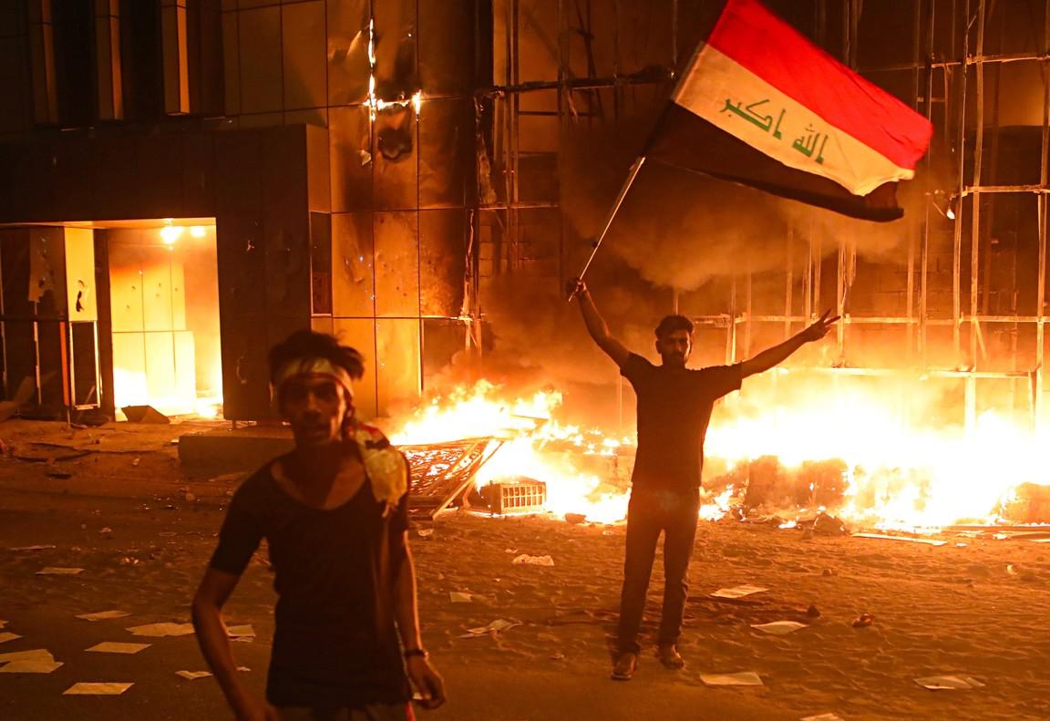 Manifestantes en Basora (Irak) durante las protestas contra las autoridades.