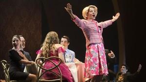 Una de las escenas de la obra musical La jaula de las locas, con Àngel Llàcer transformado en mujer, con chaqueta rosa.