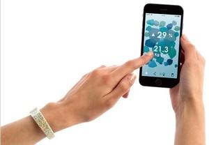 Worldbeing es un wearable reciclado + app que controla tu huella de carbono.