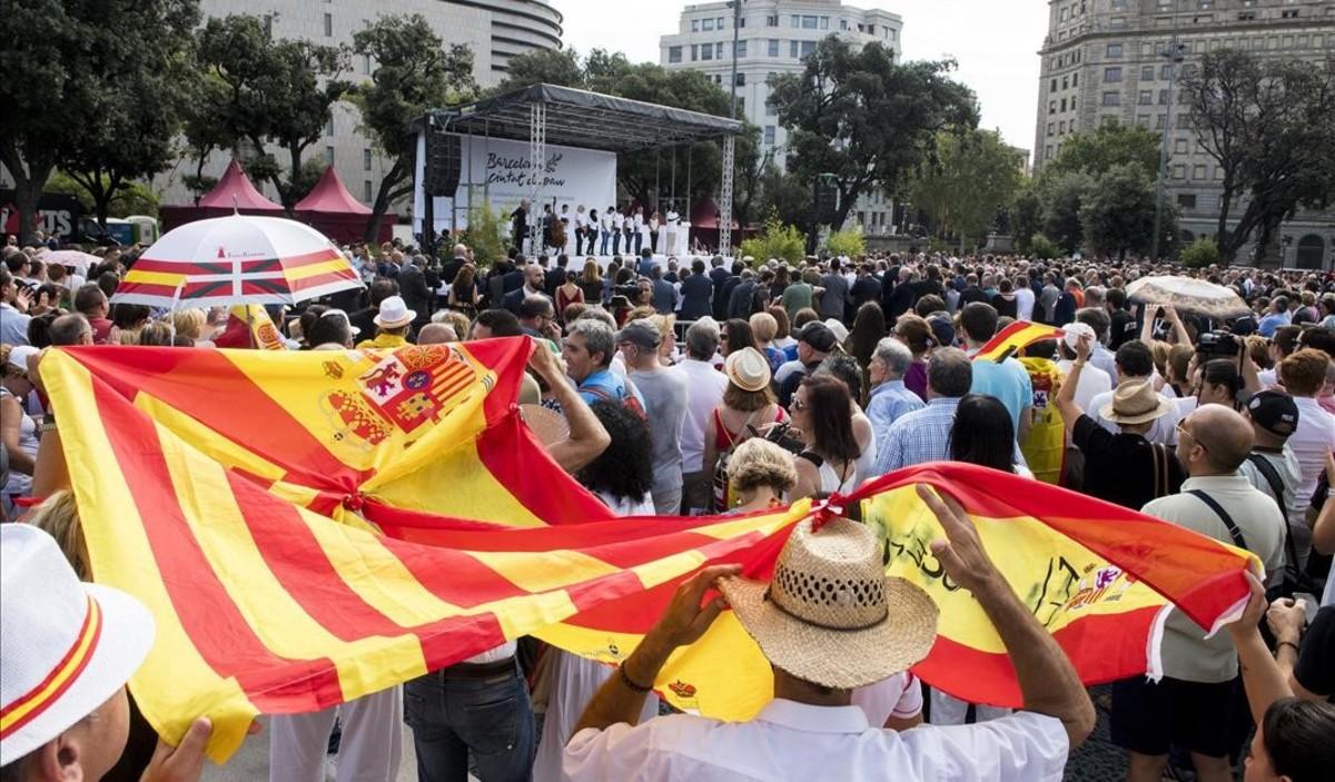 Acto de homenaje en plaza de Catalunya.