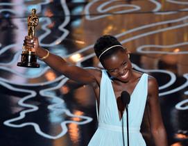 La actriz Lupita Nyongo, con su Oscar como mejor actriz secundaria.