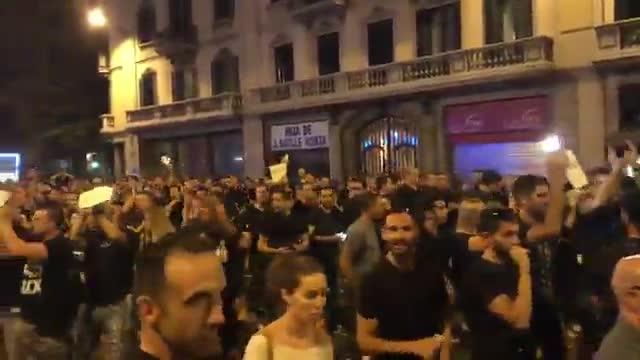 Agentes de Mossos dEsquadra aplauden a los policías que custodian la Jefatura de la Policía de Laietana