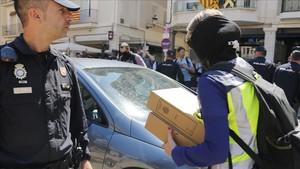 Agentes de la Policía Nacinal durante el registro en Reus.