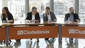 Albert Rivera junto a otros miembros de la Ejecutiva de Ciudadanos en una reunión reciente, en Madrid