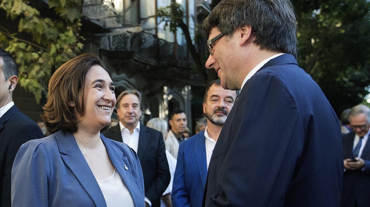 Ada Colauy Carles Puigdemontconversan tras las ofrendas florales de la pasada Diada.