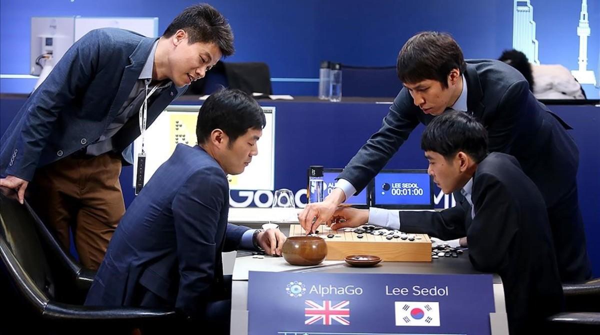 Una reciente partida entre un jugador profesional de go, el surcoreano Lee Se-Dol,y el programa AlphaGode Google, controlado por un humano.