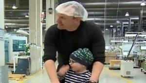 Andreas Graf y su hijo Julius, en la fábrica donde trabaja.
