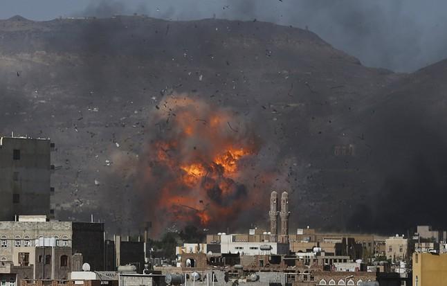 Bombardeo saudí sobre el depósito de munición de una base militar en la capital de Yemen, Saná, en el 2015.